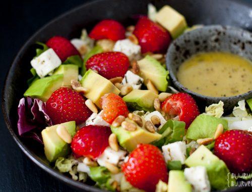 Salade met aardbeien, avocado, feta en heerlijke honing mosterd dressing | Buurman & Buurvrouw
