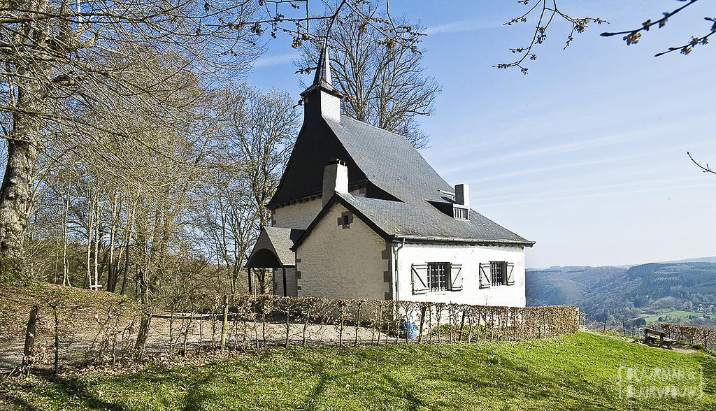 Het witte baken op de Mons Acutus in Marcourt. De kapel ter ere van de Heilig verklaarde Saint-Thibaut.